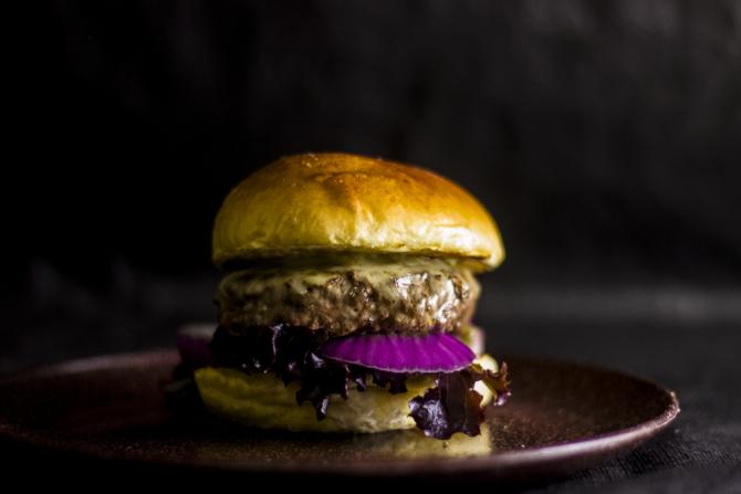 O Marupá leva hambúrguer artesanal de fraldinha, queijo mussarela, alface roxa, cebola roxa, molho especial da casa e pão de leite. Foto: Gustavo Rodrigo