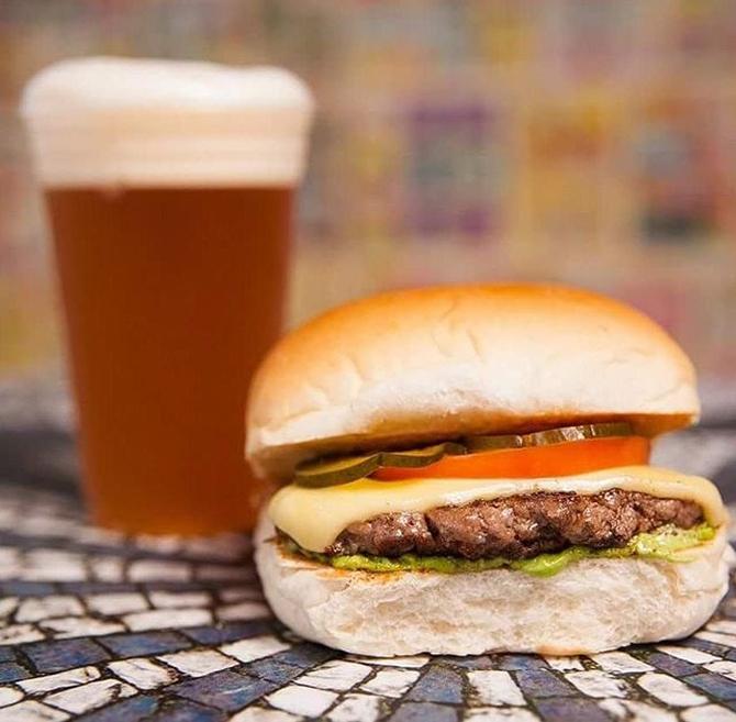 O hambúrguer de carne do Barateza Bar custa R$ 8. Foto: Divulgação.