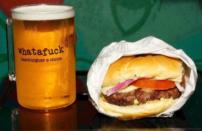 Hambúrguer de carne do Whatafuck (R$ 10): o local serve também chopes artesanais. Foto: Rodrigo Soppa/Gazeta do Povo.