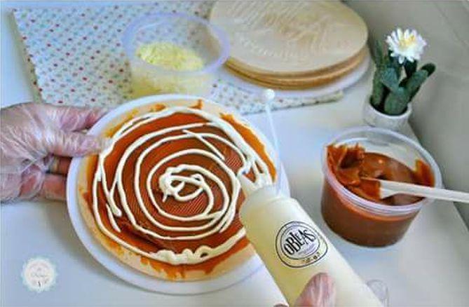 A omblea colombiana é uma wafer em forma de disco recheada com doce de leite. Foto: Divulgação/Facebook.