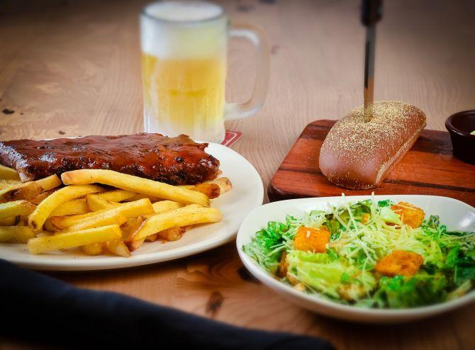 O Outback Steakhouse serve de entrada uma salada, o prato principal é junior ribs com fritas e a bebida é um chope de 340 ml. Foto: Priscilla Fiedler.
