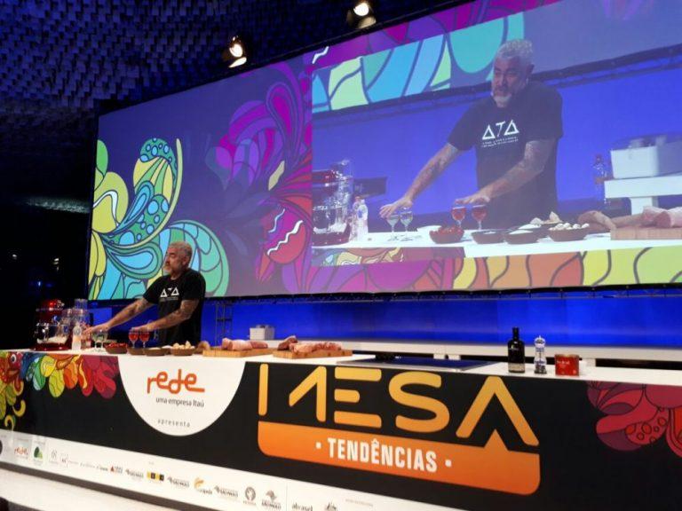 Palestra de Alex Atala enfocou temas como o ph da água, mandioca e carne. Foto: Flávia Schiochet/Gazeta do Povo.