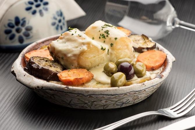 Pratos com bacalhau, como o Bacalhau cascais, são destaque no Armazém Português. Foto: Fernando Zequinão/Gazeta do Povo.
