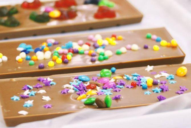 Na oficina de chocolate da Cuore di Cacao, as crianças preparam três barrinhas de chocolate com a chef chocolatière Carolina Schneider. Foto: Divulgação