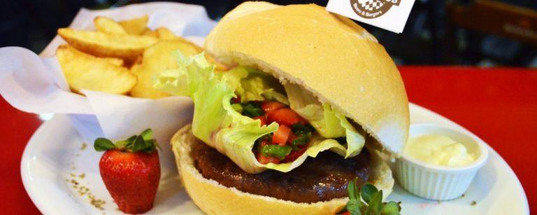Pub combina hambúrguer de carne com vinagrete de morango
