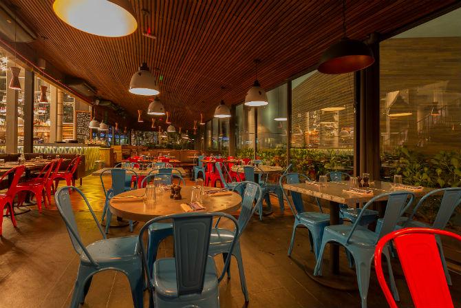 Apesar de amplo e inteiramente de vidro, o Jamie's Italian de São Paulo tem atmosfera intimista. (Foto:  Raphael Criscuolo / Divulgação)