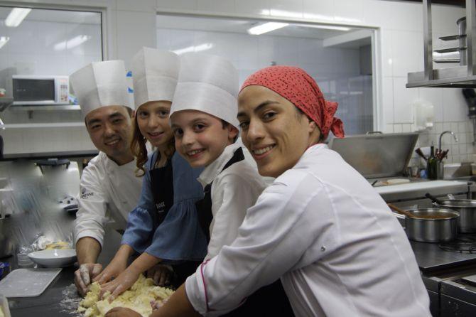 Os clientes mirins Luiza Ribeiro e Caio Sandri dos Santos com os chefs  do La Varenne, Mayra Batista e Felipe Miyake. Foto: Divulgação