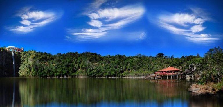 À esquerda, a queda d'água do Parque Tanguá. No canto direito, a lanchonete Deck Tanguá, à beira do lago. Foto: Reprodução/Facebook
