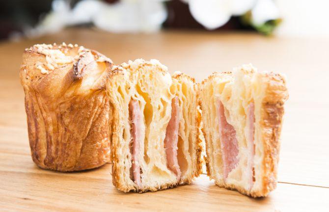 Cruffin de presunto e queijo. Foto: Letícia Akemi/Gazeta do Povo.