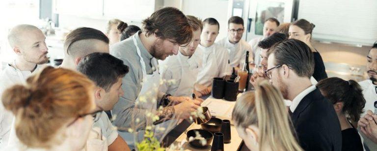 O chef Esben Holmboe, do Maaemo, aumentou a equipe e as folgas: são quatro dias seguidos para cada funcionário. O resultado é uma equipe mais motivada e enérgica. Foto: Anne Valeur/Reprodução