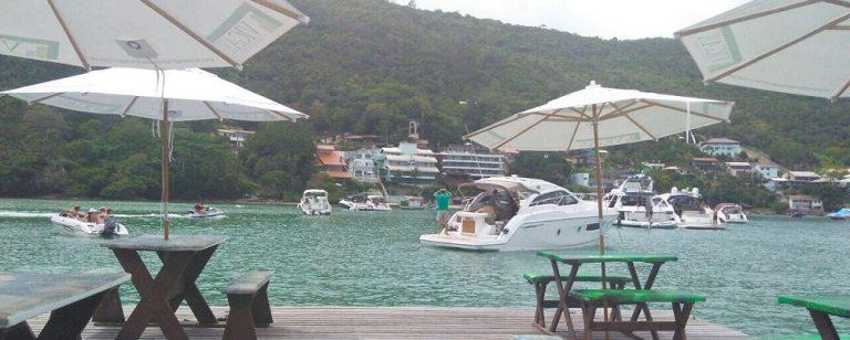 Praia de SC tem bar flutuante com serviço de delivery para barcos