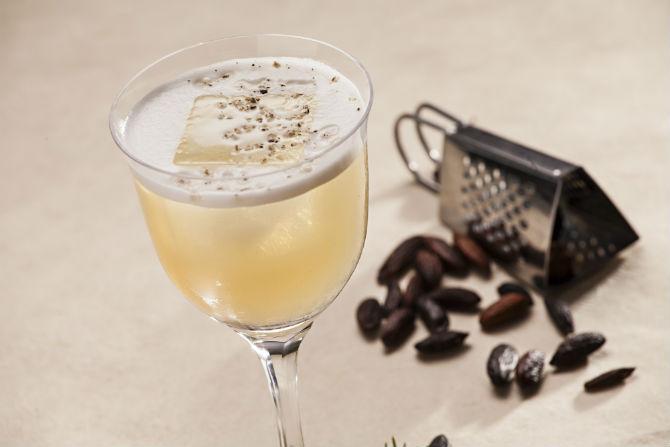 Drink tropical de cachaça e cumaru