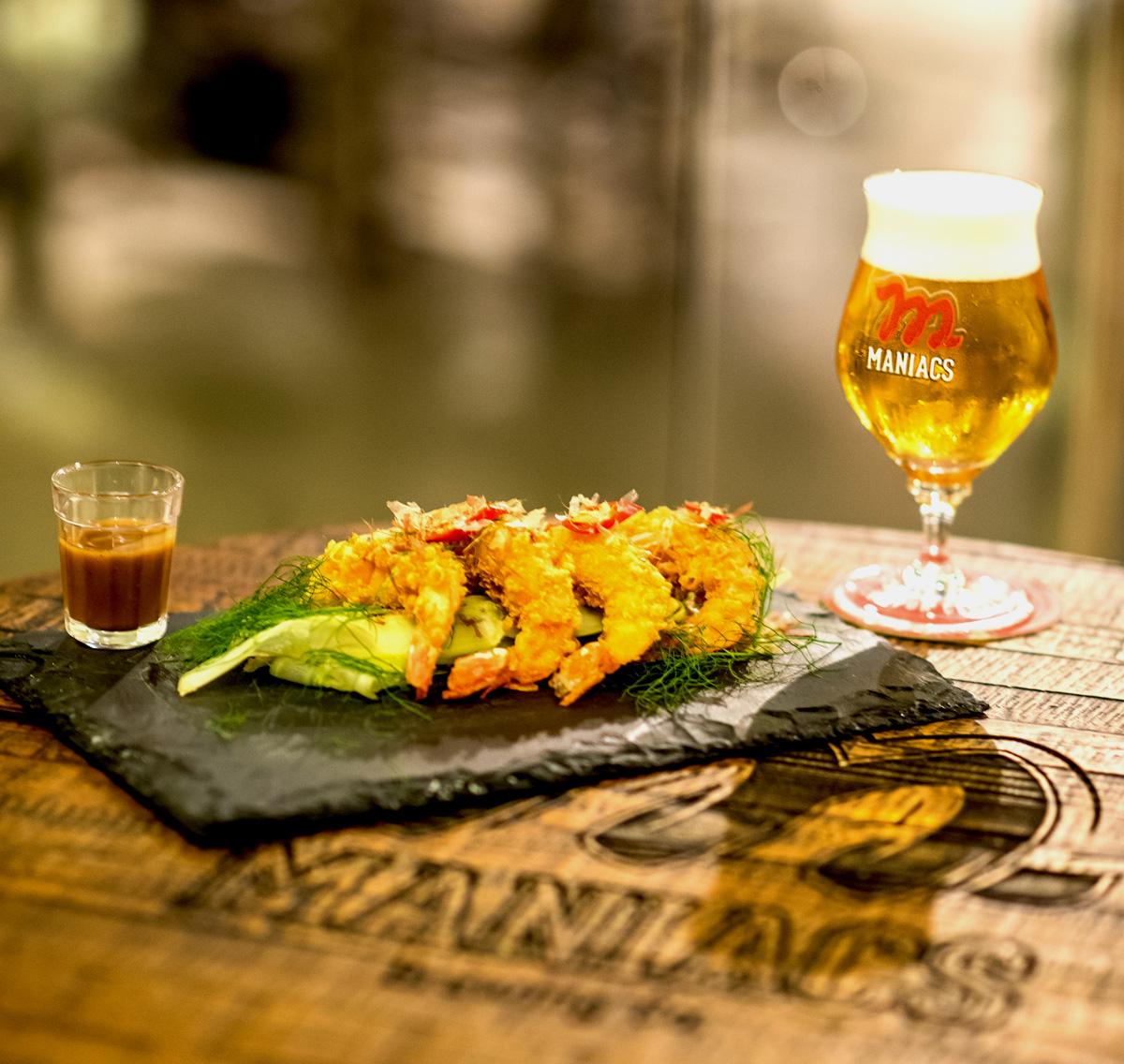 Os camarões crocantes são empanados com Tenkasu de cerveja Pilsen e acompanham creme de ostra. Foto: Fernando Nobre/divulgação