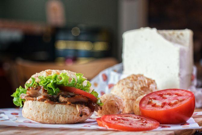 Pão de queijo vendido em MG volta às origens e ganha versões com queijo artesanal