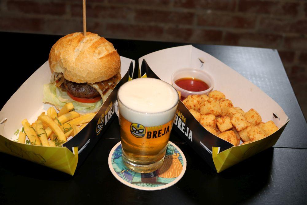 Os petiscos e pratos são rotativos, como o hambúrguer de costela e a porção de dadinhos de tapioca. Foto: Divulgação