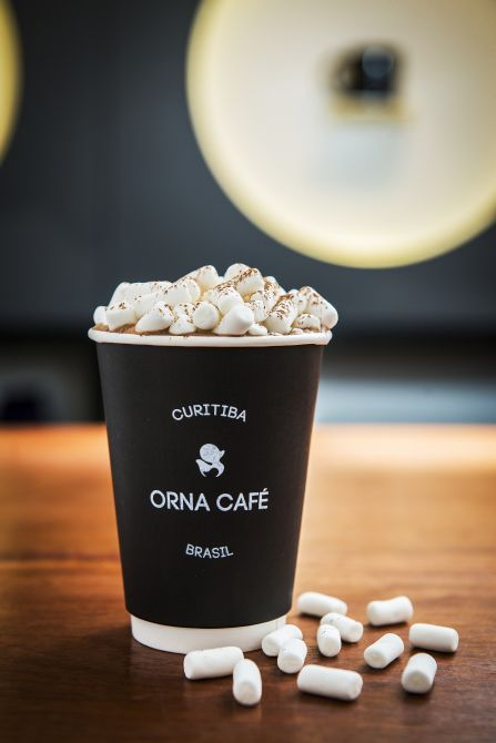 Snow Chocco Latte é um chocolate quente bem denso e coberto por mini marshmallows (médio R$ 16 e grande R$ 18). Foto: Leticia Akemi/Gazeta do Povo
