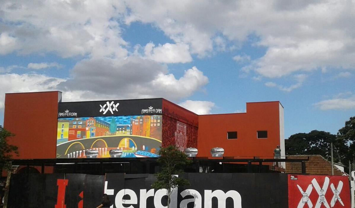 """O Amsterdam Bar tem decoração inspirada nos """"coffee shops"""" da capital da Holanda. Foto: divulgação"""