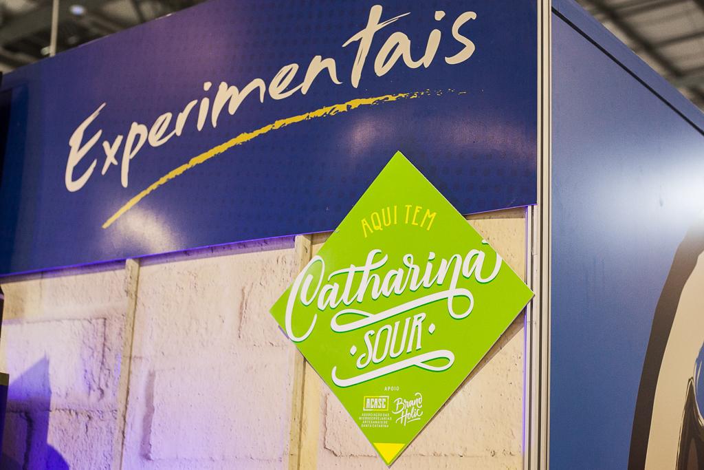 Placa anuncia estandes que tem Catharina Sour, tendência que pode virar o 1º estilo brasileiro, no Festival Brasileiro da Cerveja 2018. Foto: Karine Kuromiya