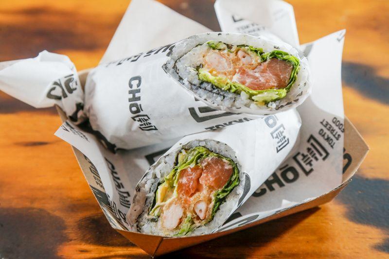 Sushibomb Shrimpado (salmão cru, camarão empanado, alface e cream cheese - R$ 28)