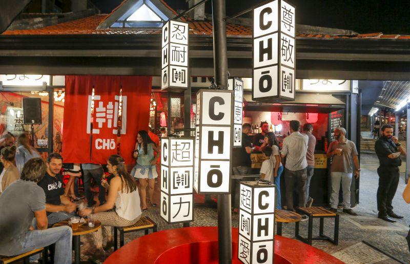 Decoração do Chō Street Food traz elementos da arte e cultura das ruas do Japão. Foto: Hugo Harada/Gazeta do Povo.