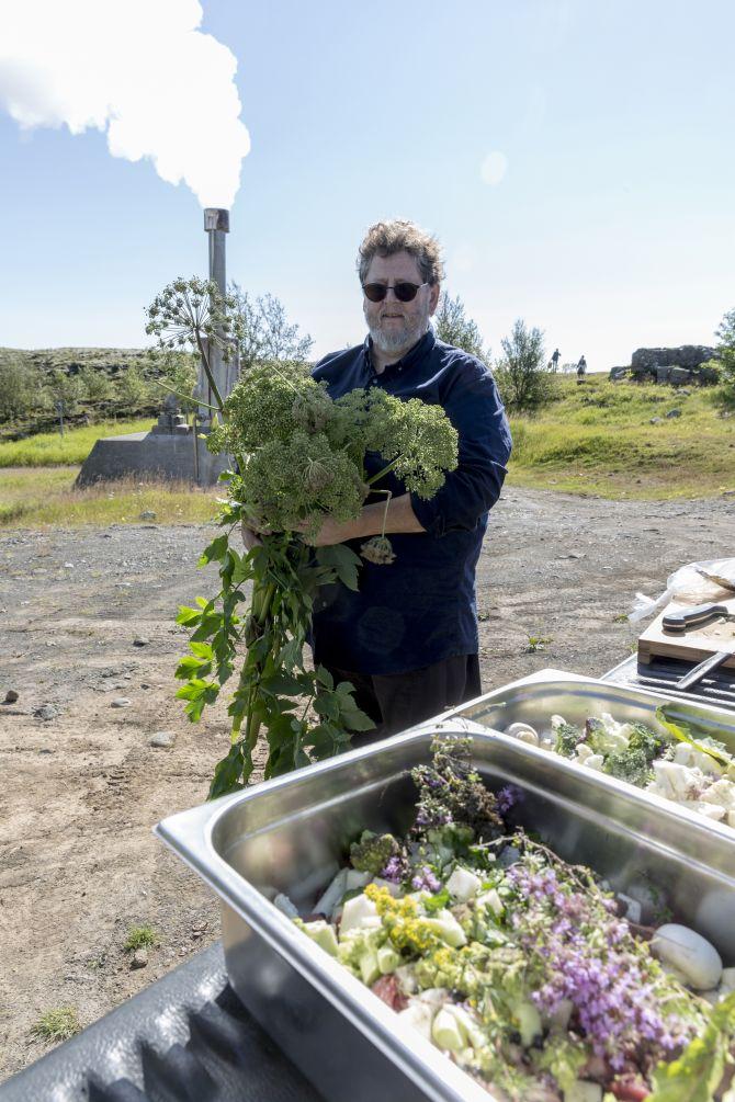 Jon Sigfusson posa com ervas que colheu próximo ao respiradouro de um gêiser. Foto: Bara Kristinsdottir/The New York Times