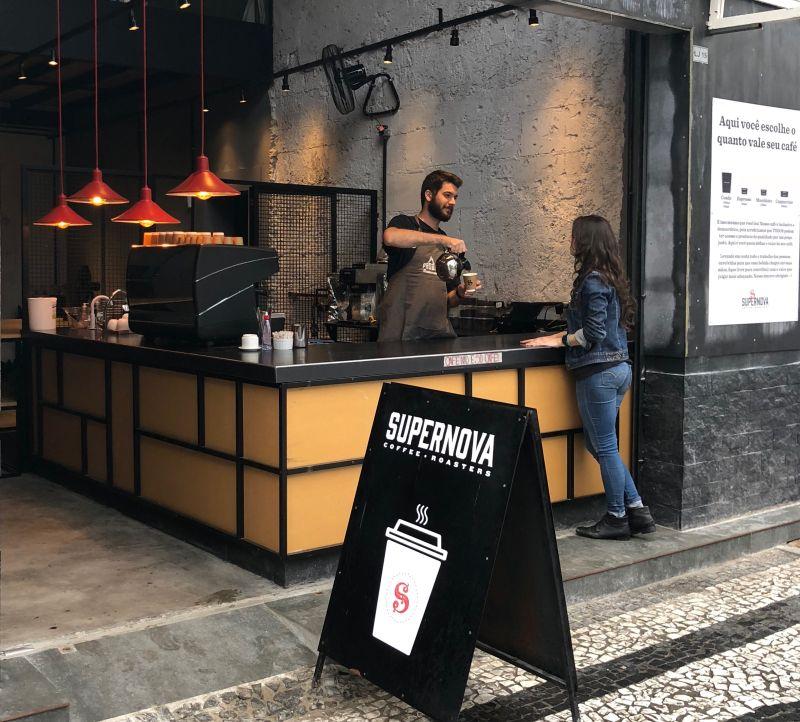 No Supernova Coffee Hub, o cliente pede o café no balcão e decide quanto irá pagar. Foto: Divulgação.