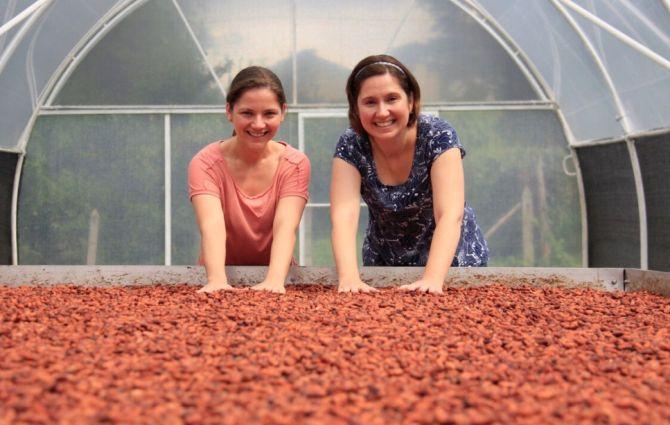 Carolina (à esquerda) e Bibiana Schneider, irmãs por trás da Cuore di Cacao. Foto: Divulgação