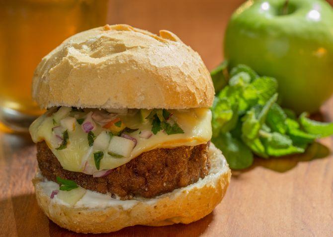 Pão com bolinho do bar Belvedere. Festival do sanduíche segue até domingo, 24 de junho, em Curitiba. Foto: Divulgação
