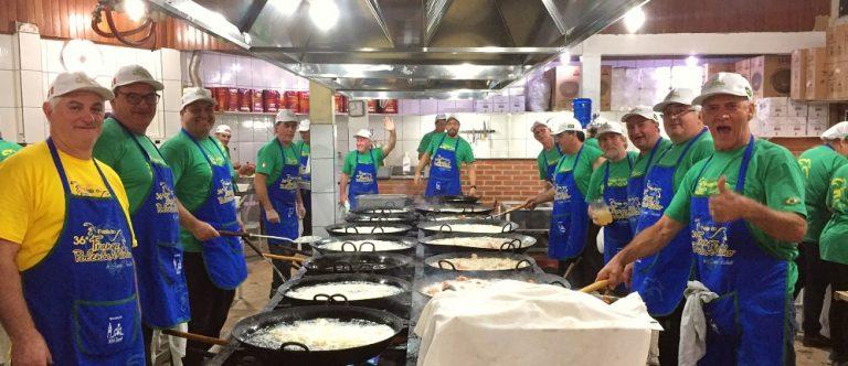 Voluntários se unem para preparar os alimentos para a Festa do Frango com Polenta em Santa Felicidade. Foto: Marina Mori / Gazeta do Povo