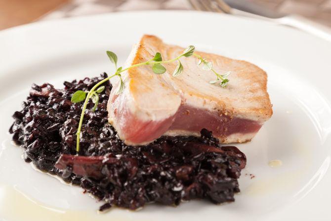 Atum selado com arroz negro e castanha-do-pará