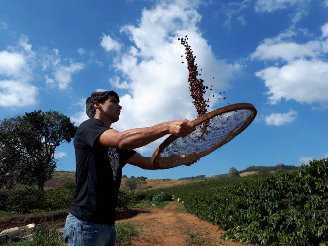 Augusto Borges, produtor de café que assumiu a fazenda do pai aos 18 anos e, em oito anos, fez a produção de cafés especiais da fazenda passar de zero para 80% de sua produção. Foto: Flávia Schiochet/Gazeta do Povo