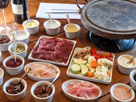 Fondue, sopas e feijoadas: onde encontrar pratos de inverno com descontos de 20%