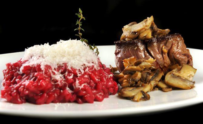 Mignon grelhado com cogumelos e risoto cremoso de beterraba