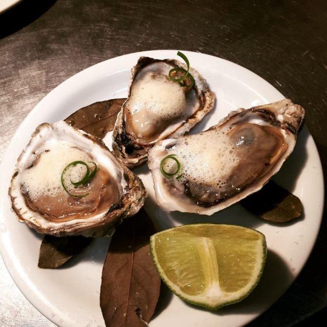 Ostras de Cabaraquara com espuma de cataia e limão: prato faz parte do cardápio da Semana Mar e Monte. Foto: Reprodução Facebook