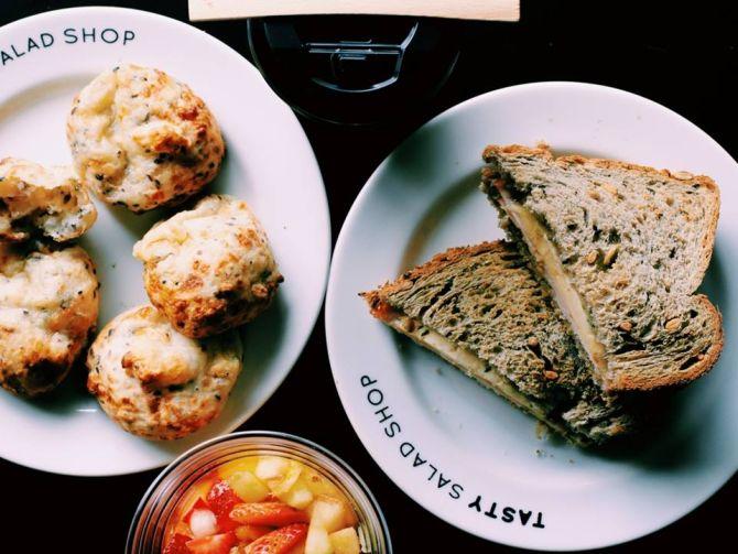 O pão de queijo (à esquerda) da Tasty Salad Shop leva tapioca no lugar do polvilho. Foto: Divulgação/Facebook