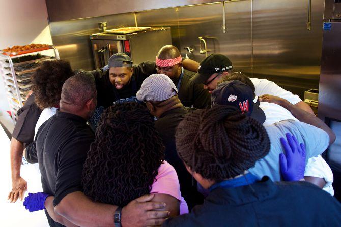 Chef Greg Collier, no centro, lidera os chefs da Soul Food Sessions em um momento de solidariedade antes de começar a trabalhar. Foto: Deb Lindsey/The Washington Post