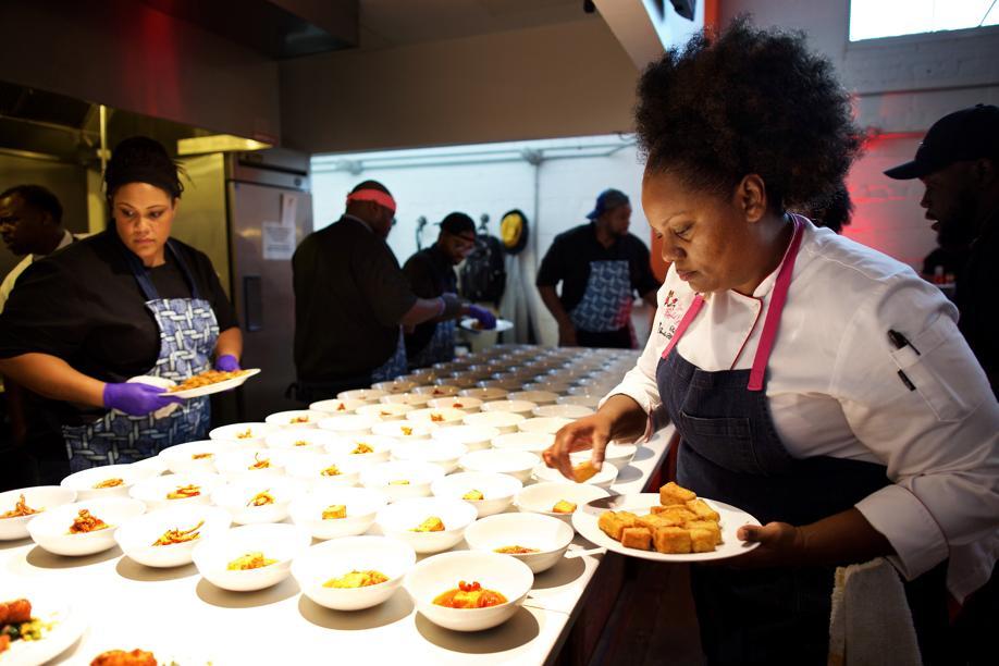 Chef Jennifer Hill Booker, à direita, coloca os toques finais no seu prato vegetariano. Foto: Deb Lindsey/The Washington Post