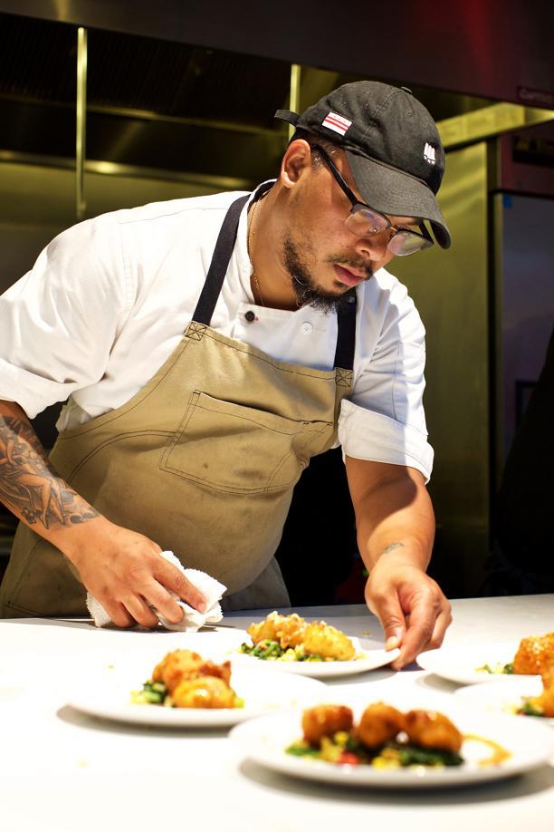 Chef Jerome Grant ajudando na montagem de um prato no jantar da Soul Food Sessions dinner. Foto: Deb Lindsey/The Washington Post
