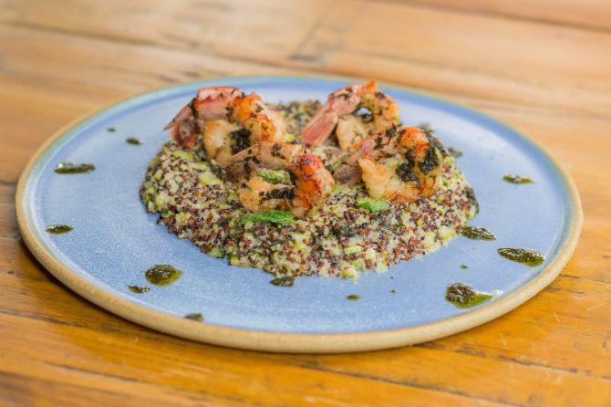 Risoto de quinoa com camarões, aspargos e tomatinhos. Foto: Enan Correia