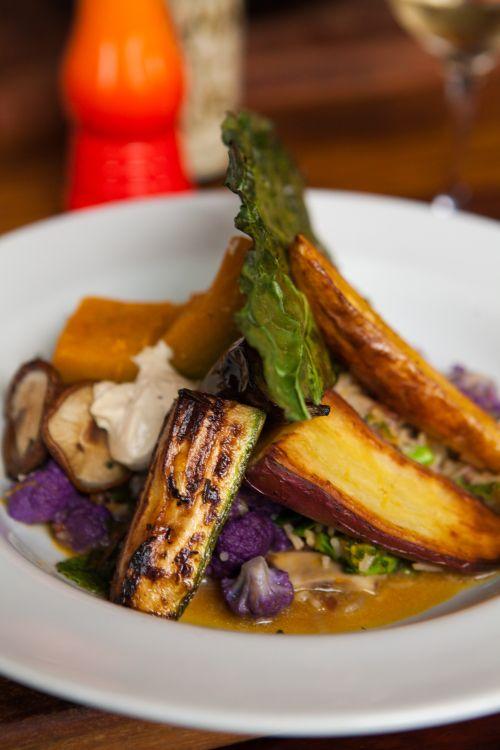 Risoto cremoso de abóbora com legumes e chips de couve. Foto: Studio Tertúlia