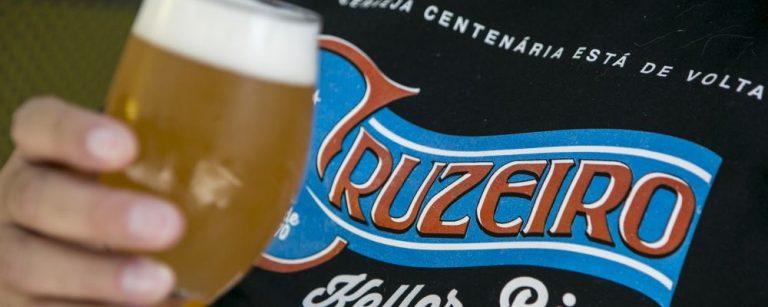Cerveja Cruzeiro - 22-11-2018 - A primeira cerveja do Paraná, a Cruzeiro, volta a ser fabricada 148 anos após sua criação. Ela será servida no formato chopp e foi reativada por Beto Glaser, bisneto do mestre cervejeiro. A Cervejaria Curitibana tem os mesmos moldes da primeira versão: uma empresa familiar. Nela, Beto conta com o trabalho da esposa (Adriane Aumann) e da filha (Louise Glaser).