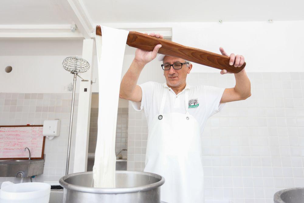Chamado originalmente de 'mestre-casaro', Luca Ludovico produz todos os queijos vendidos no Mozzarellart como manda a tradição italiana. Foto: Valterci Santos/divulgação.