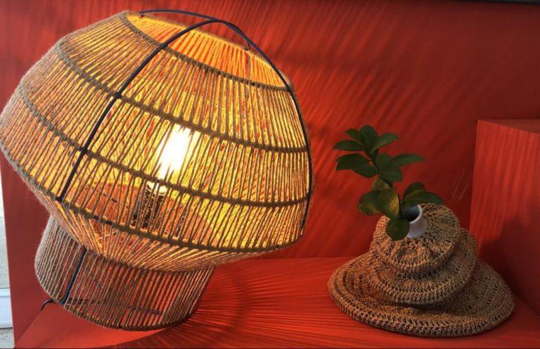 Luminária Peão, da Alforria. A marca é mais uma criação da designer curitibana Ana Penso, da Crânios Cabeludos. Feita em fibra de rami, obtida a partir da planta urticária, pode ser usada em pé ou deitada. R$ 480.