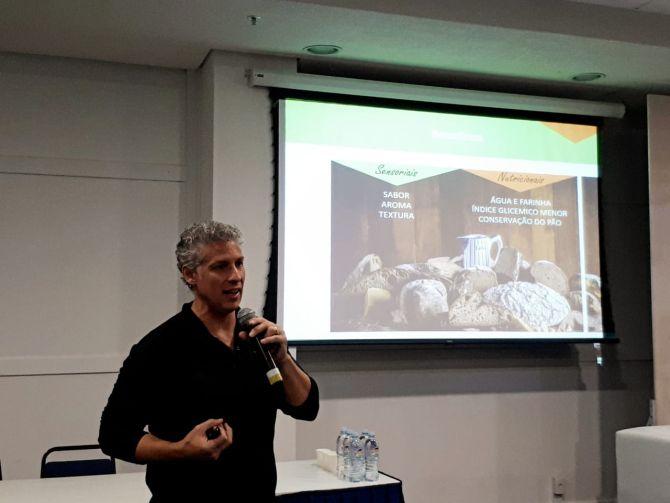 Oscar afirma que as pessoas precisam voltar a fazer pão em casa, com ingredientes de qualidade. Foto: Guilherme Grandi/Gazeta do Povo.