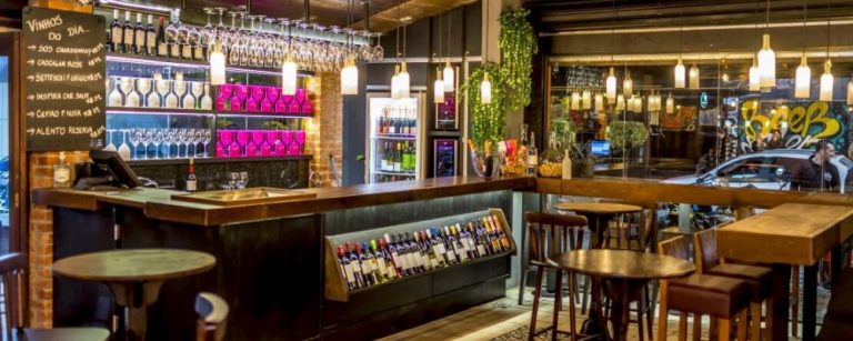 Wine bars em Curitiba para curtir um bom vinho e espumantes