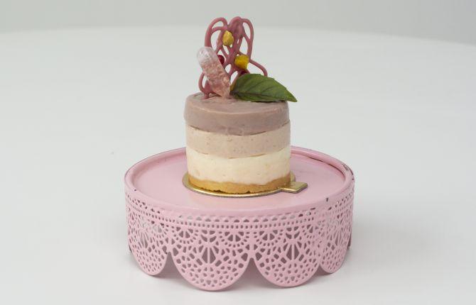 Cheesecake triplo de camembert com mousse de chocolate ruby, da confeiteira Érica Fedato. Foto: Divulgação / Feito Chocolate