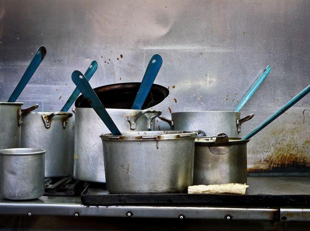 As panelas usadas em restaurantes têm uma vida útil menor, e devem ser trocadas periodicamente. Foto: Visualhunt.