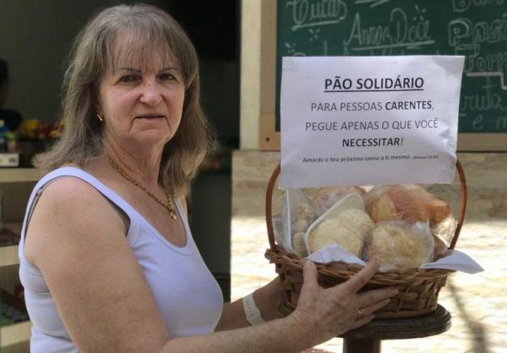 Dona Neca e a cesta de pães: todos os dias entre 50 e 100 produtos são doados. Foto: arquivo pessoal.