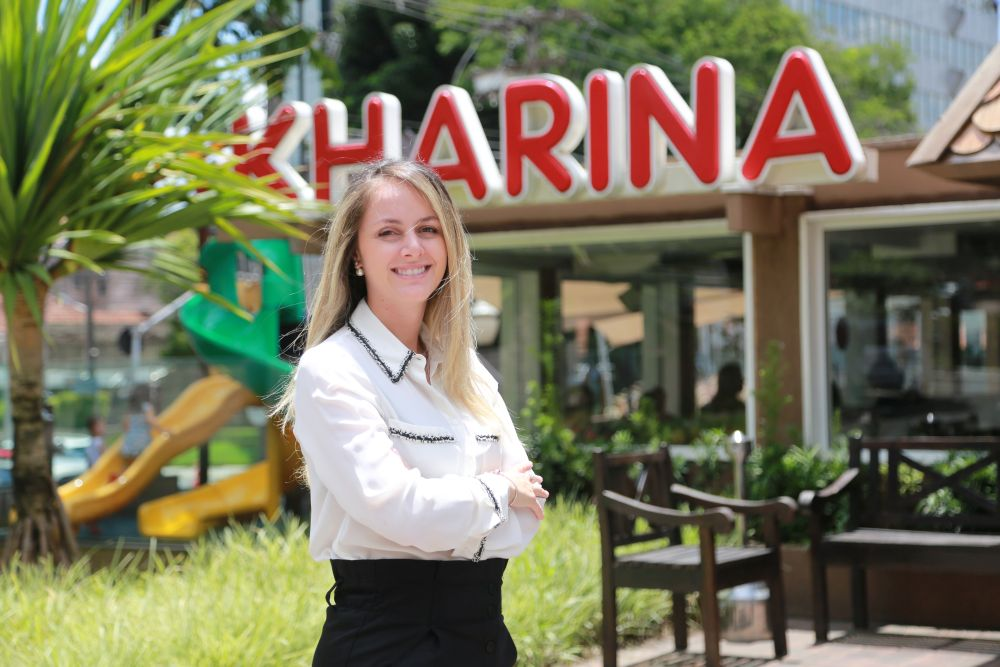 Filha do fundador, Kharina Cury Abreu nasceu dez anos depois da abertura da rede de lanchonetes. Foto: Felipe Rosa / Tribuna do Paraná.