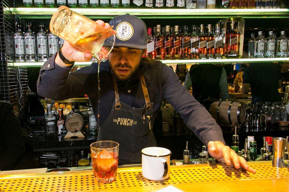 O bartender Rafael Oliveira prepara dois drinks com o The Macallan que não estão no cardápio. Foto: Naideron Jr./divulgação.